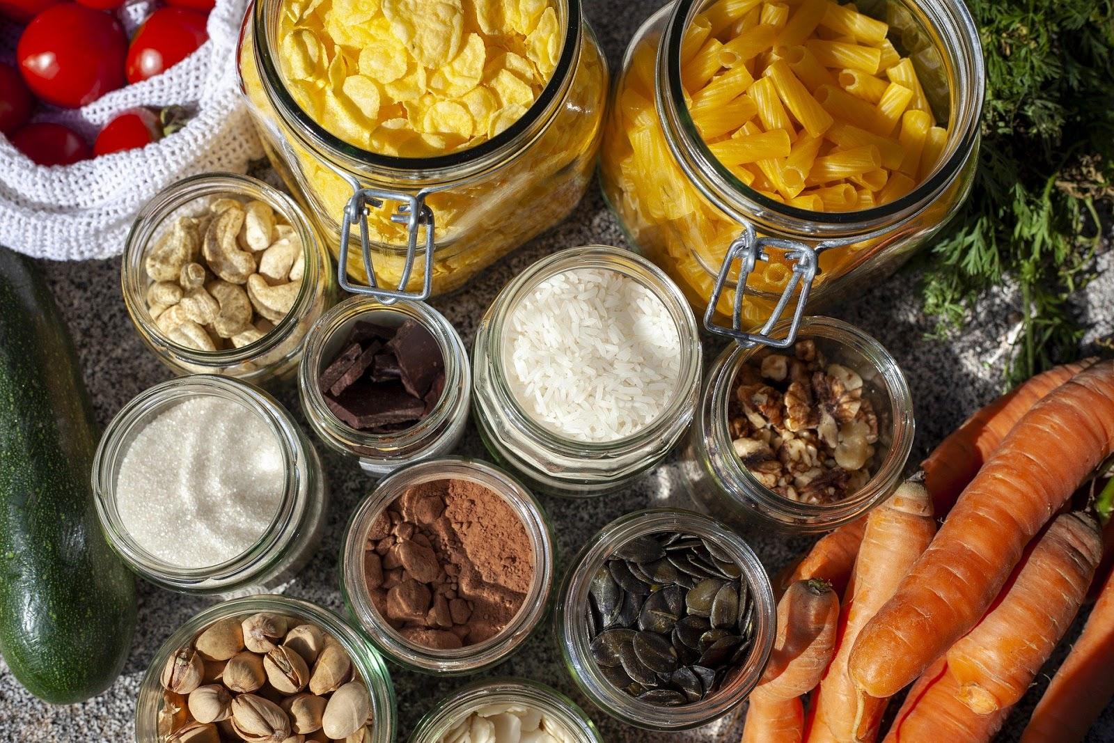 Bocaux d'ingrédients secs et légumes en vrac, au retour des courses zéro déchet