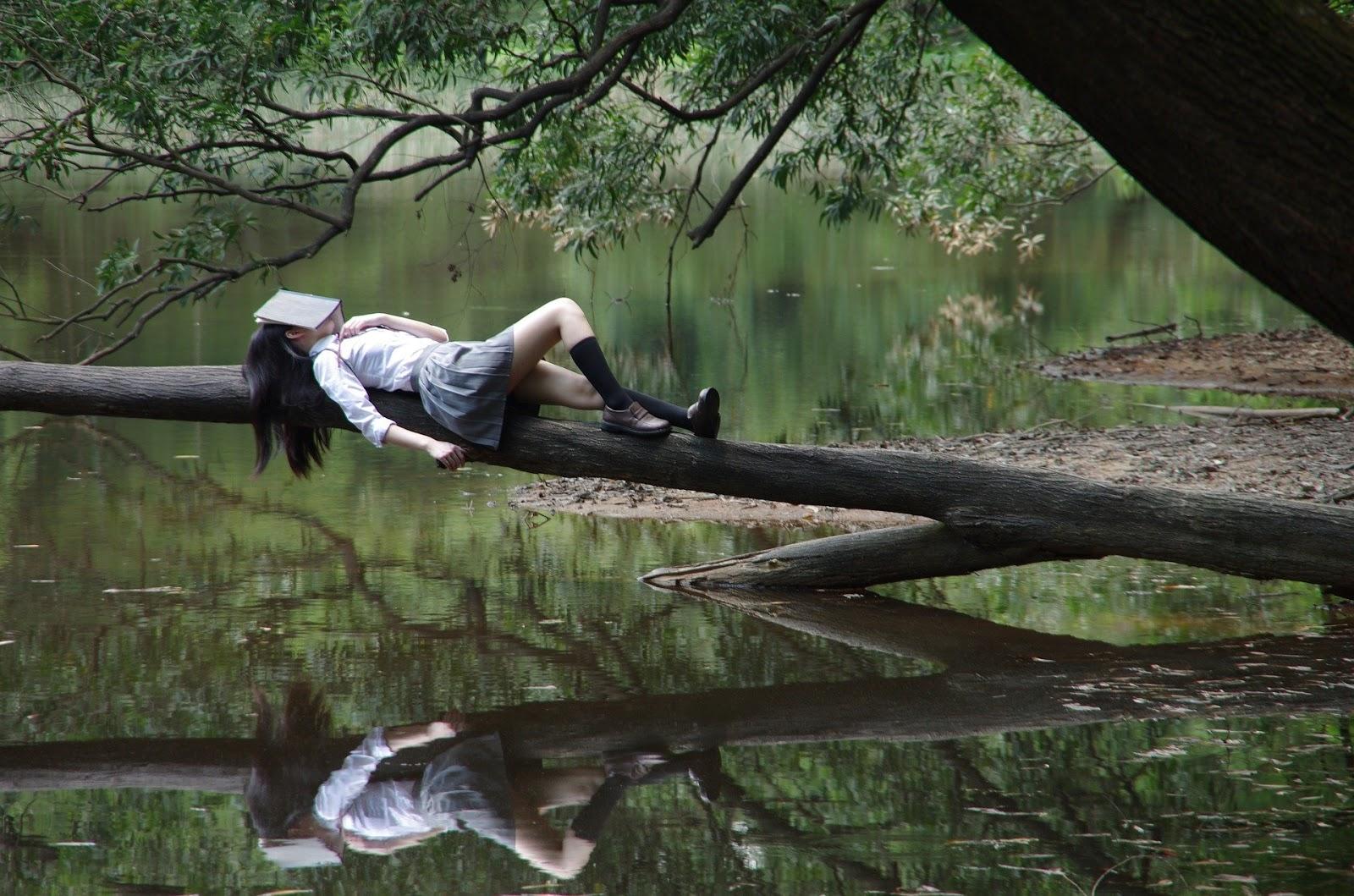 Femme aloongée dans la nature