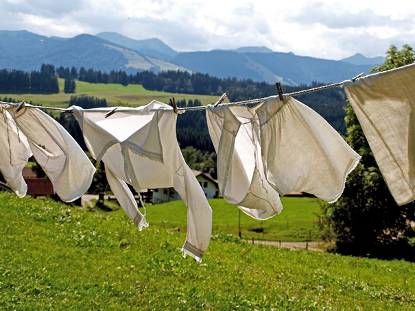 Vêtements minimalistes qui sèchent dehors
